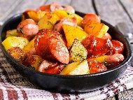 Рецепта Ароматни печени наденички с картофи на фурна